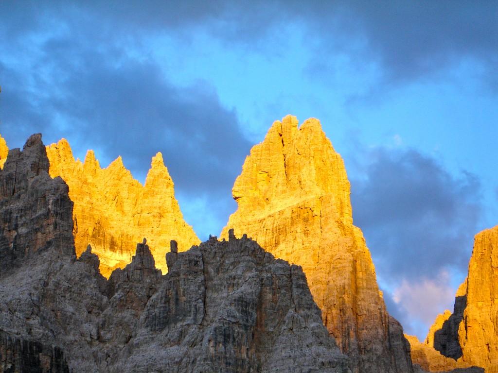 De gauche à droite : Les sfulmini et le Campanile Alto. Massif de la Brenta, Dolomites.
