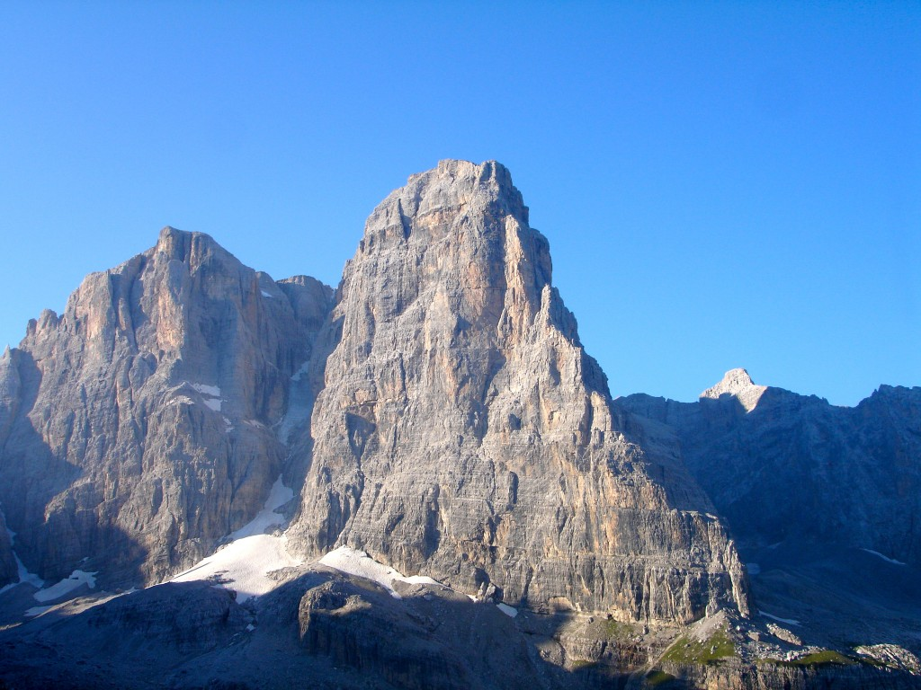 L'imposante face NE du Crozzon di Brenta (3118 m). A gauche la Cima Tosa (3173 m) point culminant du massif de la Brenta, Dolomites.