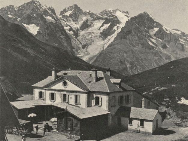 La route permettant d'accéder au Lautaret est rectifiée en 1881. A partir de 1893, un premier hôtel ouvre ses portes au col. (wikipédia)