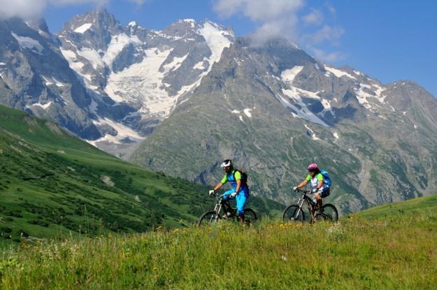 VTT à assistance électrique au Col du Lautaret au pied du Massif de La Meije : nature, paysages de haute montagne, plaisir.