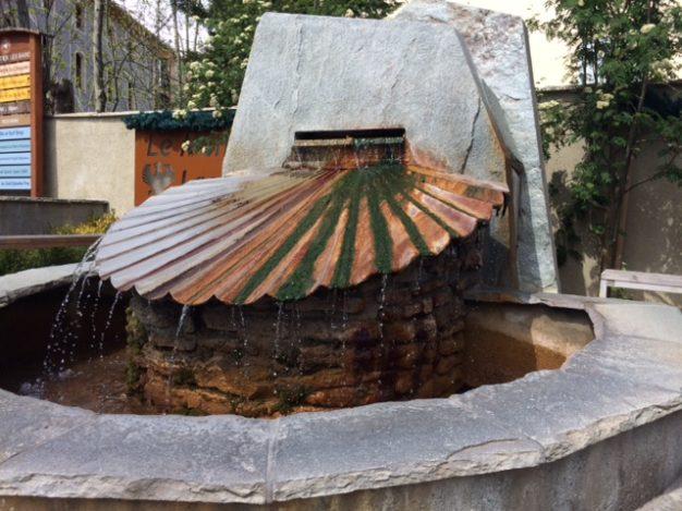 La symbolique de la coquille St Jacques est le support qui indique le contraste entre l'eau Thermo Minérale et l'eau de source.