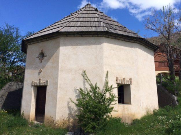 La Rotonde est un édifice original construit au début du 18ème siècle pour abriter l'une des deux sources naturelles d'eau thermo-minérale.